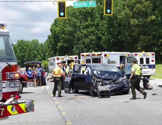 4 injured in wreck